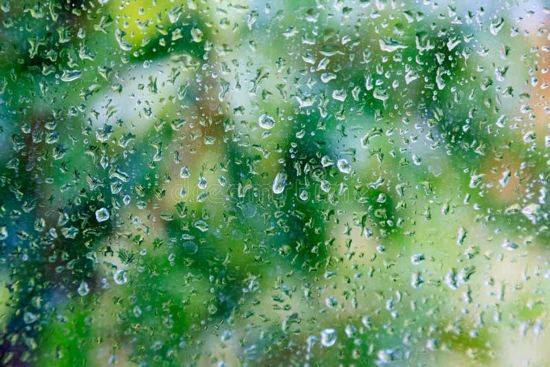 Tröpfchen des Regens auf einem Fenster lizenzfreies stockbild