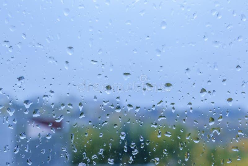 Tröpfchen des Regens auf einem Fenster lizenzfreie stockfotografie