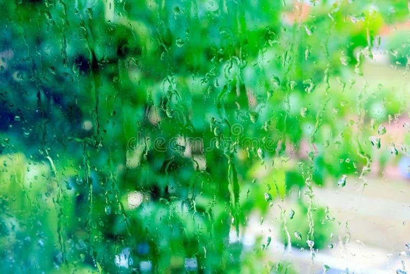 Tröpfchen des Regens auf einem Fenster lizenzfreies stockfoto