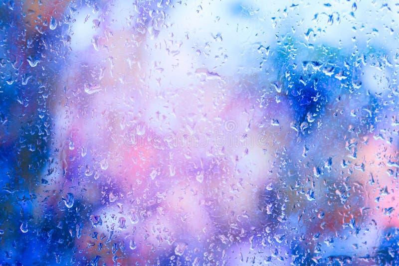 Tröpfchen des Regens auf einem Fenster stockfotos