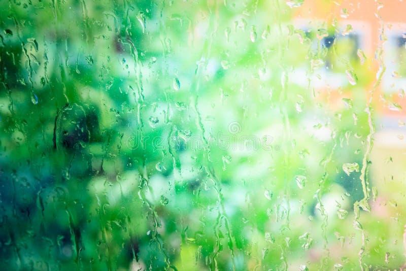Tröpfchen des Regens auf einem Fenster stockbilder