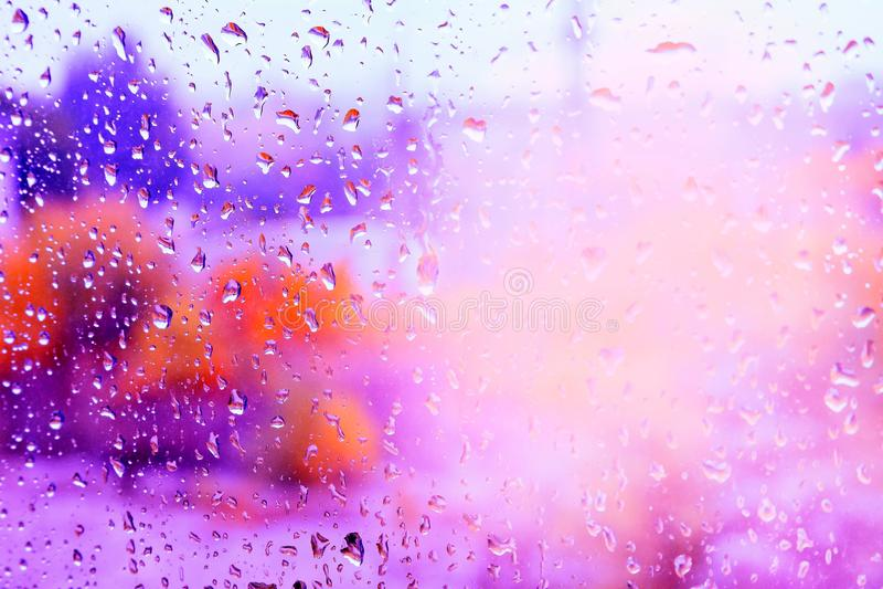 Tröpfchen des Regens auf einem Fenster stockfoto