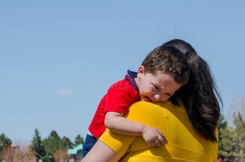 Trösta ett trött misslynt barn royaltyfri bild