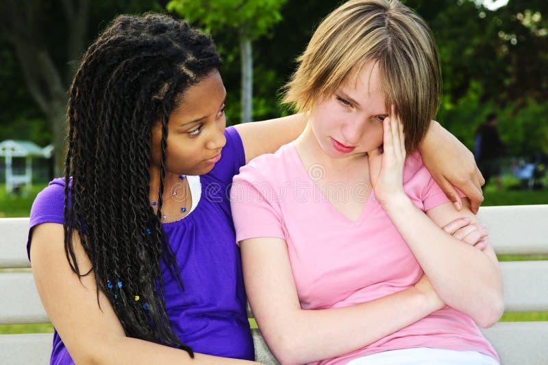 trösta vän henne tonåring arkivbild