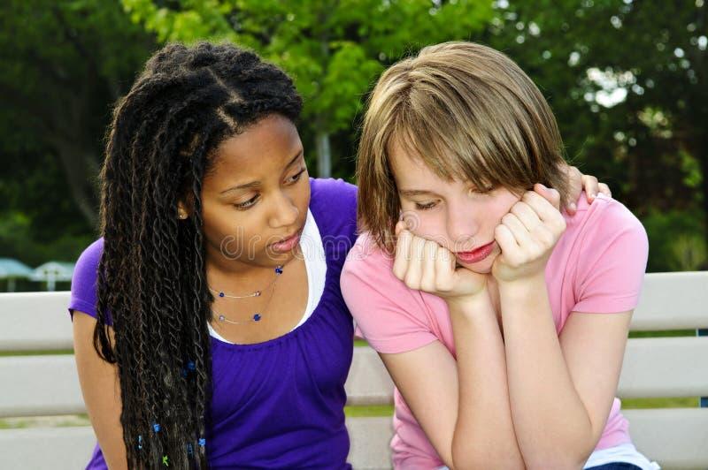 trösta vän henne tonåring arkivfoton
