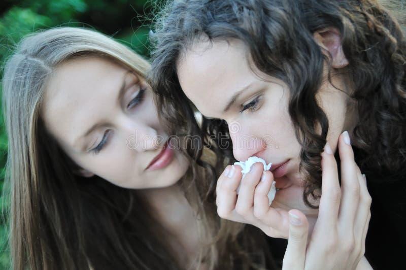 tröstar tonårs- vänflicka en royaltyfria foton