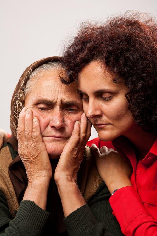Trösten der älteren Personen stockfoto