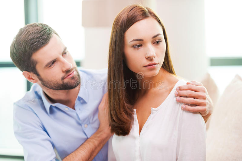 Trösten seiner deprimierten Freundin stockbild