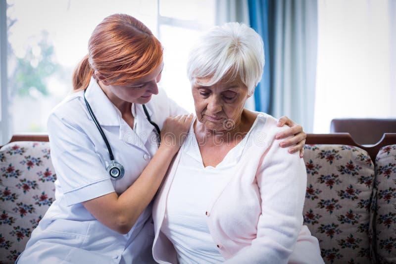 Tröstende ältere Frau Doktors stockfotos