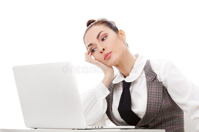 Trött överansträngd freelancer som arbetar med en bärbar dator arkivbilder