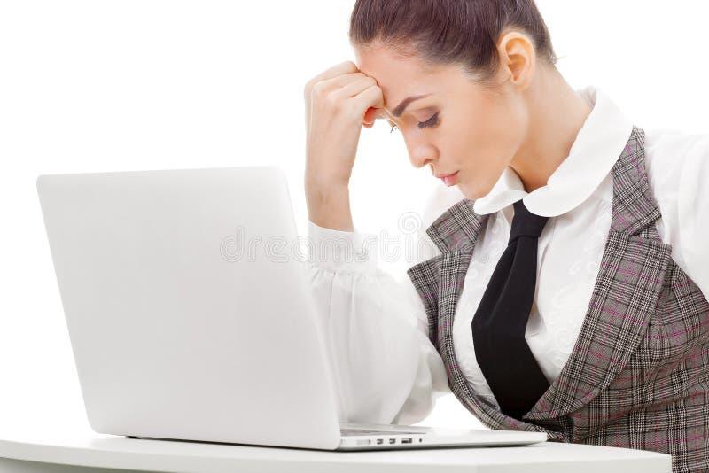 Trött överansträngd freelancer som arbetar med en bärbar dator arkivbild