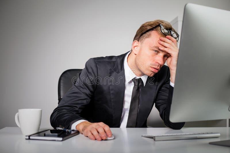 Trött affärsman på kontoret arkivbild
