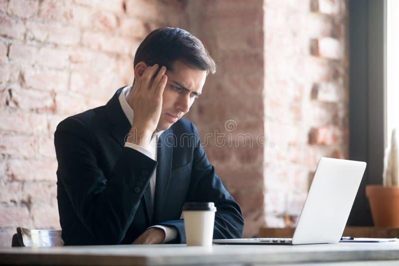 Trött affärsman som har en huvudvärk i regeringsställning arkivfoton