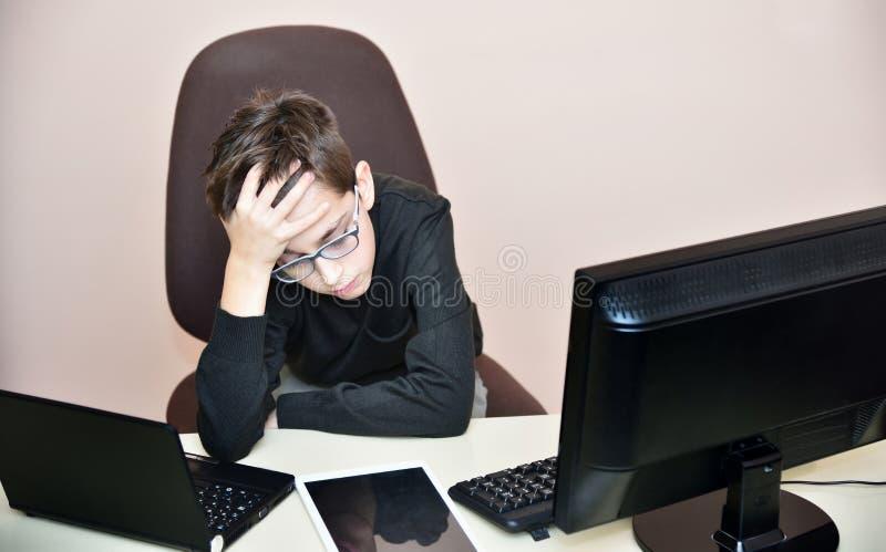trött barn för pojke royaltyfria foton