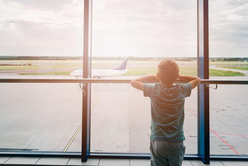 Trött barn på flygplatsen som reser arkivbilder