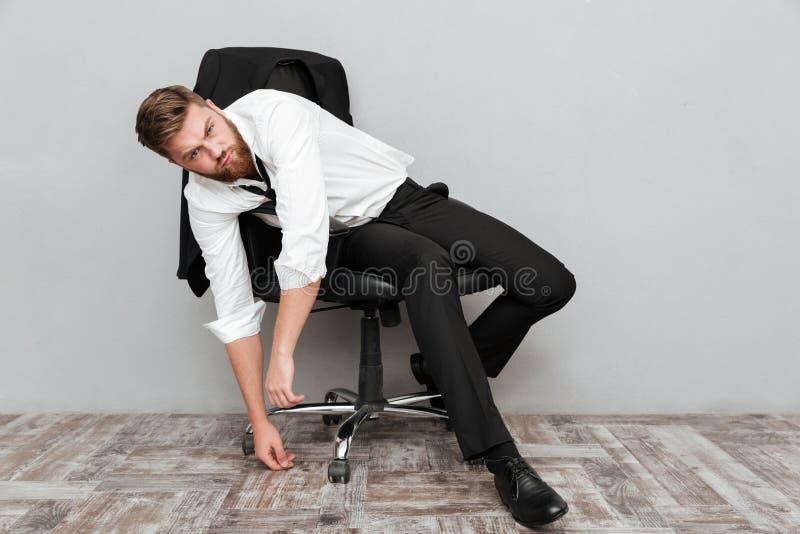 Trött berusad affärsman som i regeringsställning vilar stol fotografering för bildbyråer