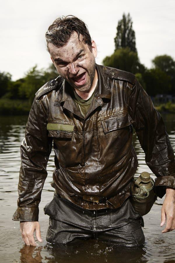 Trött blöta smutsiga militära män, når du har utbildat fotografering för bildbyråer