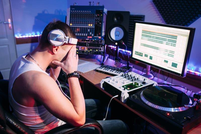 Trött discjockey efter övertid i studio royaltyfri foto