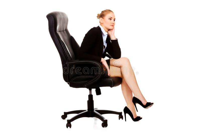 Trött eller bekymrat sammanträde för affärskvinna på fåtöljen arkivfoto