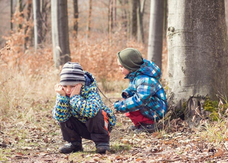 Trött eller uttråkat barn i skog arkivbilder
