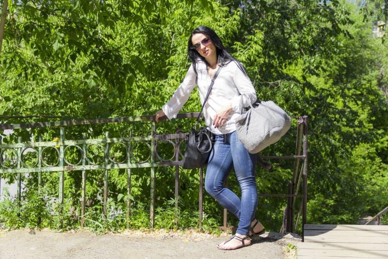 Trött europeisk kvinna med bagage arkivfoton