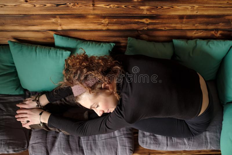 Trött färdig kvinna att koppla av, når utbildning, i att le för soffa arkivbilder