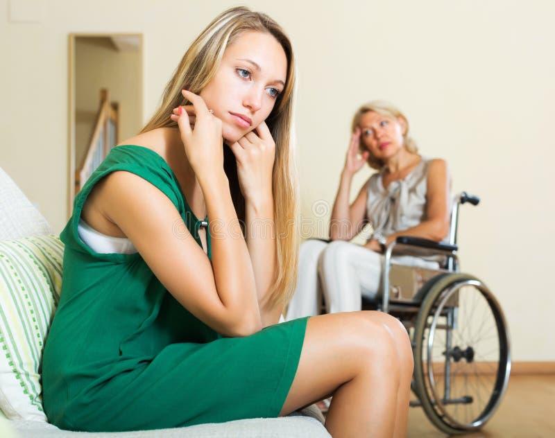 Trött flicka och rörelsehindrad person royaltyfri bild