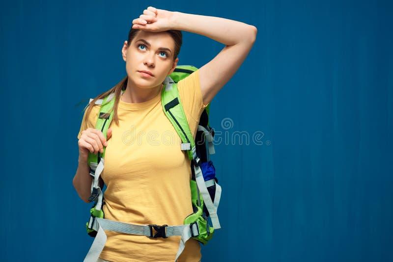 Trött fotvandra kvinnaturist med den tunga ryggsäcken royaltyfria bilder