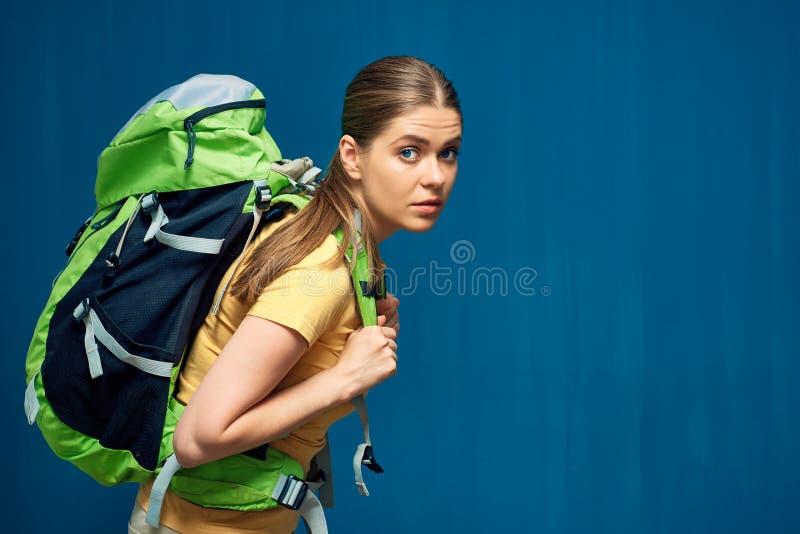 Trött fotvandra kvinnaturist med den tunga ryggsäcken arkivbild