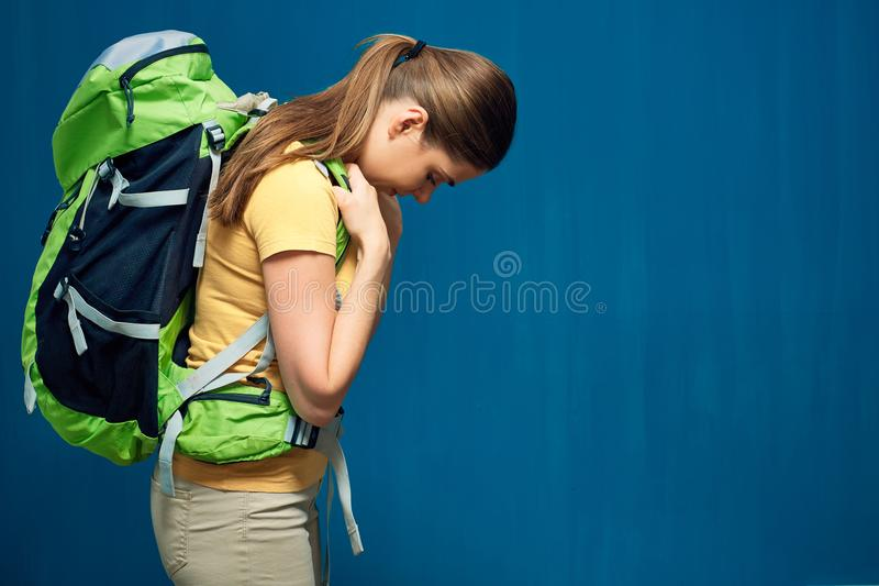 Trött fotvandra kvinnaturist med den tunga ryggsäcken royaltyfri bild
