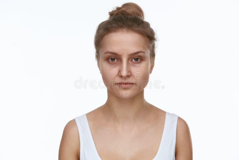 Trött gammal kvinna med skrynklor och mörkercirklar arkivfoto