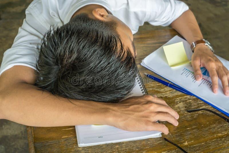 Trött känsel för ung man och sova arkivbild