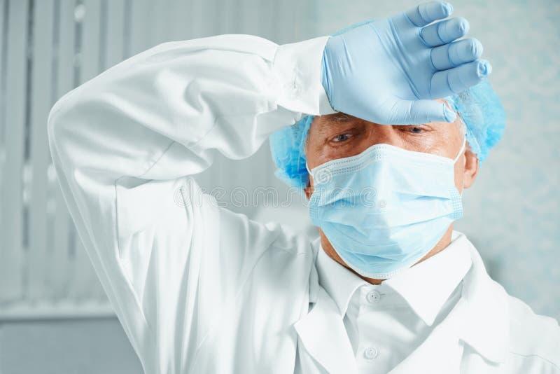 Trött kirurg för äldre man royaltyfri bild