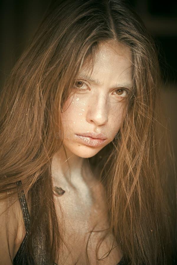 Trött kvinna Dana konststudioståenden av den eleganta kvinnan med silverkanter arkivbild