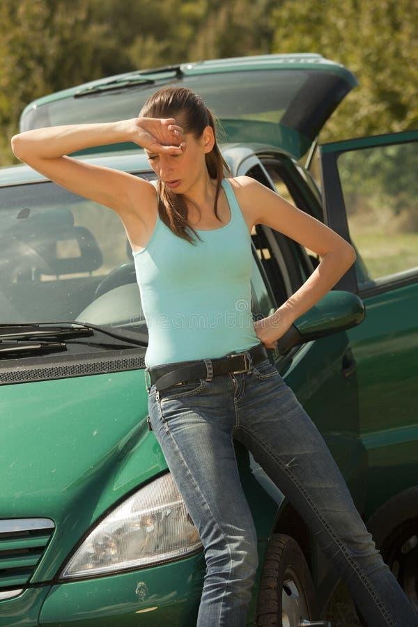 trött kvinna för broken bil arkivbilder