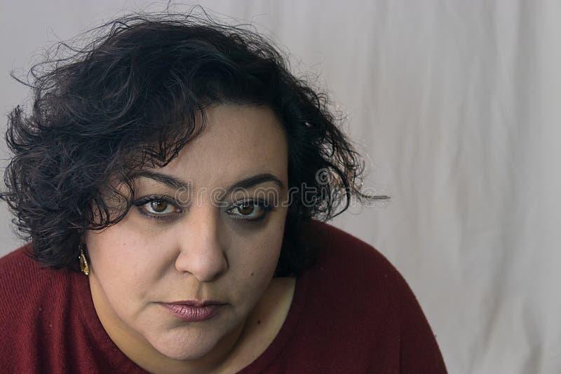 Trött kvinna med ett avlägset uttryck arkivbilder