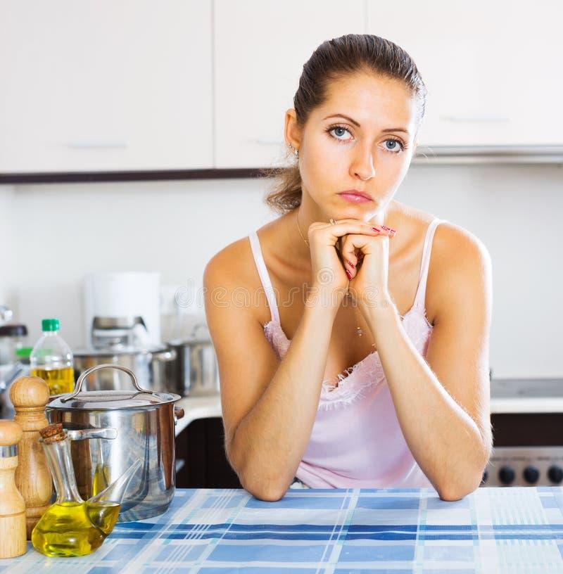 Trött kvinna på köket arkivbild