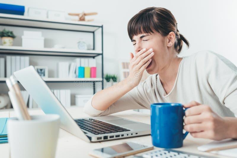 Trött kvinna på kontorsskrivbordet arkivfoto