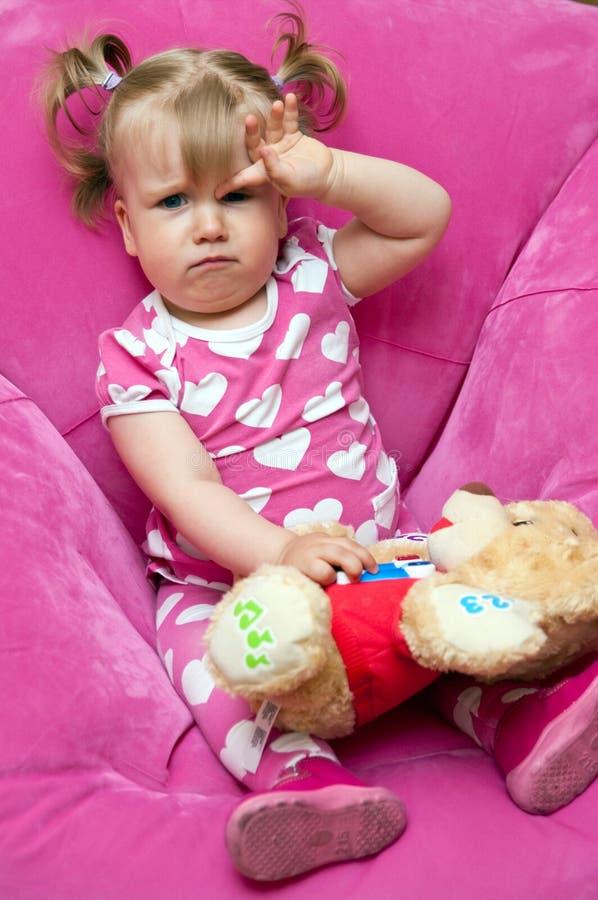 Trött liten flicka royaltyfria foton