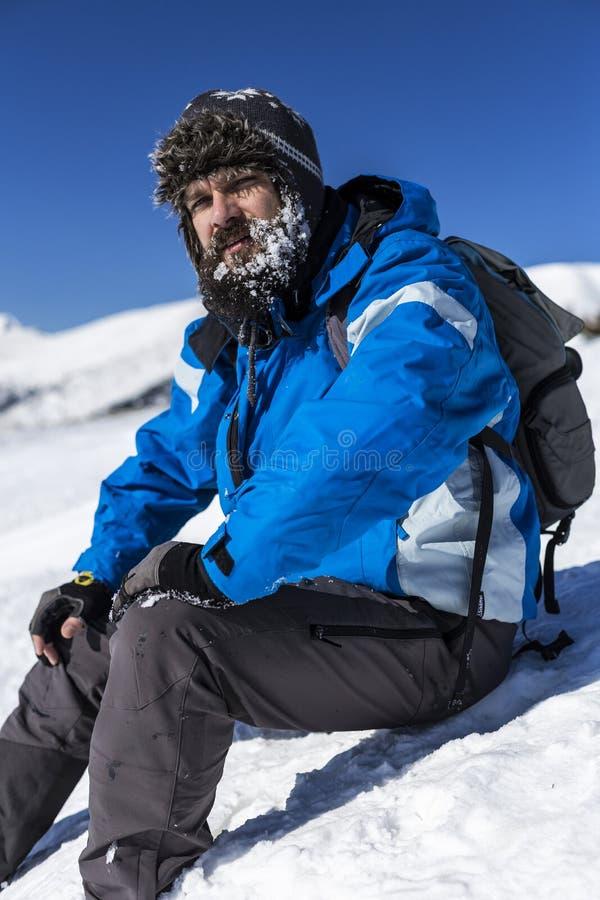 Trött man med skägget som vilar under klättringen royaltyfria bilder