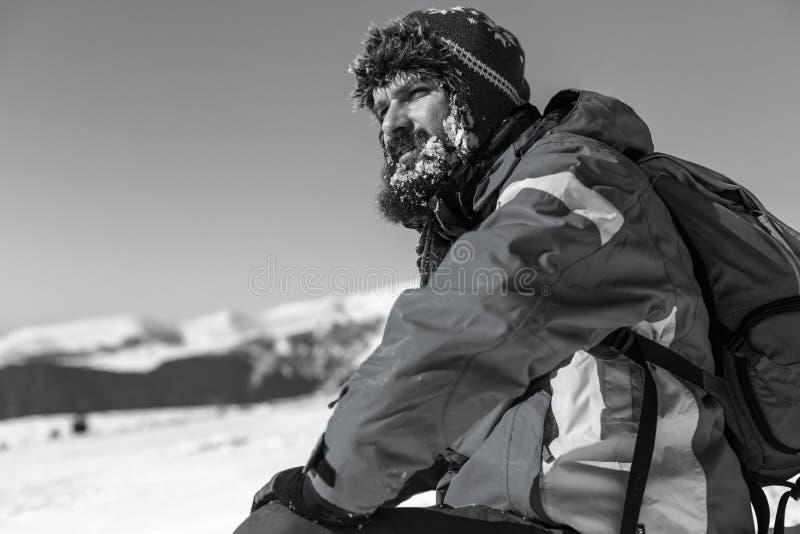 Trött man med skägget som vilar under klättringen royaltyfria foton