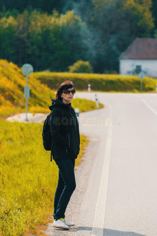 Trött mellersta ålderkvinna på tur royaltyfri fotografi