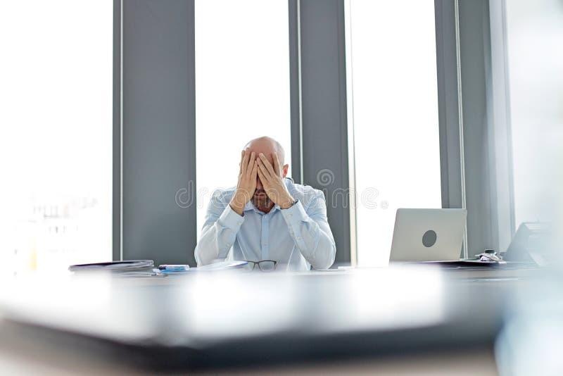 Download Trött Mitt- Vuxen Affärsmanbeläggningframsida På Skrivbordet I Regeringsställning Fotografering för Bildbyråer - Bild av skrivbord, affär: 78728229