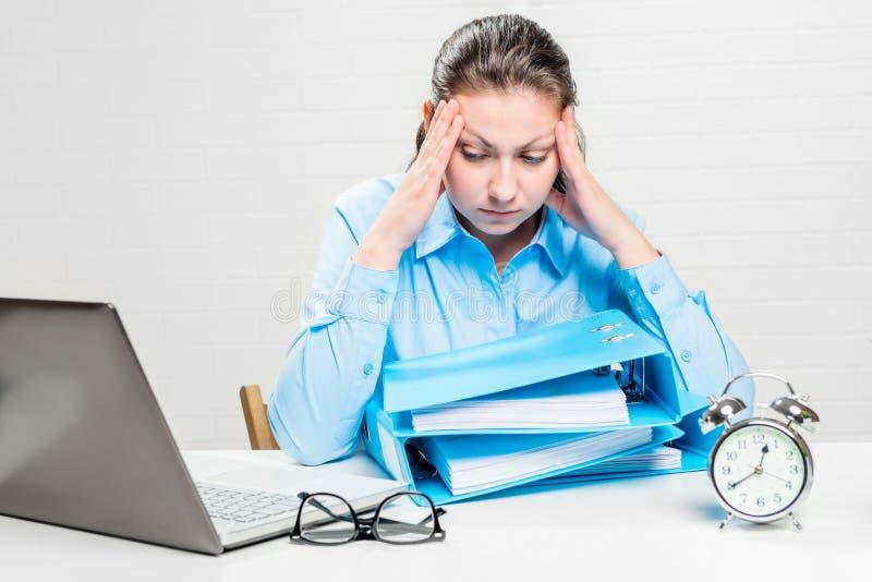 Trött revisor med den stränga migrän som tvingas för att arbeta royaltyfri bild
