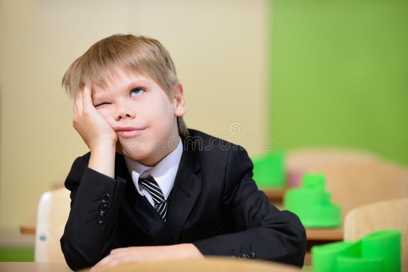 Trött schoolboy fotografering för bildbyråer