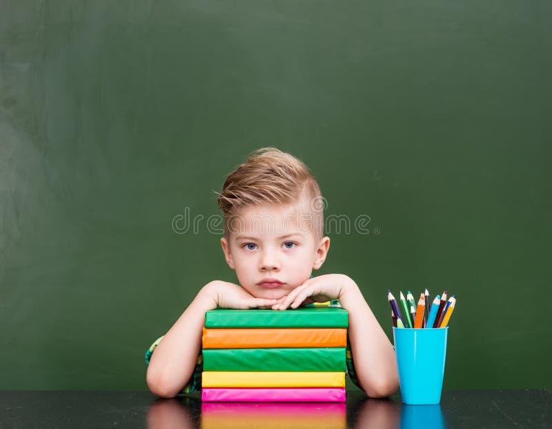 Trött skolpojke i klassrum royaltyfri fotografi