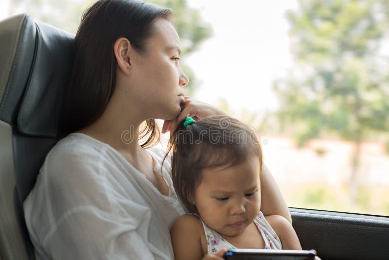 Trött stressad moder som reser med hennes unge på bussen Fördjupningsoordning arkivbild