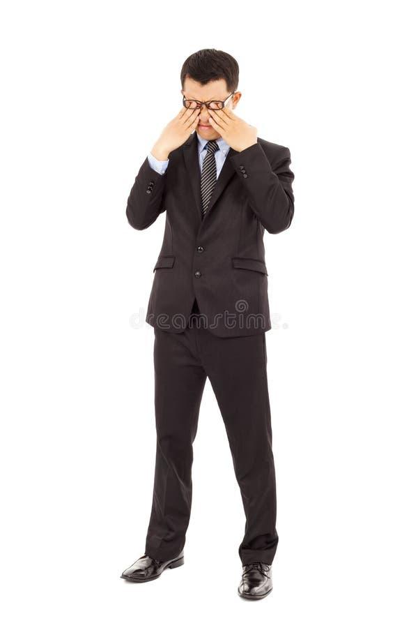 Trött ung affärsman som gnider hans ögon arkivbilder