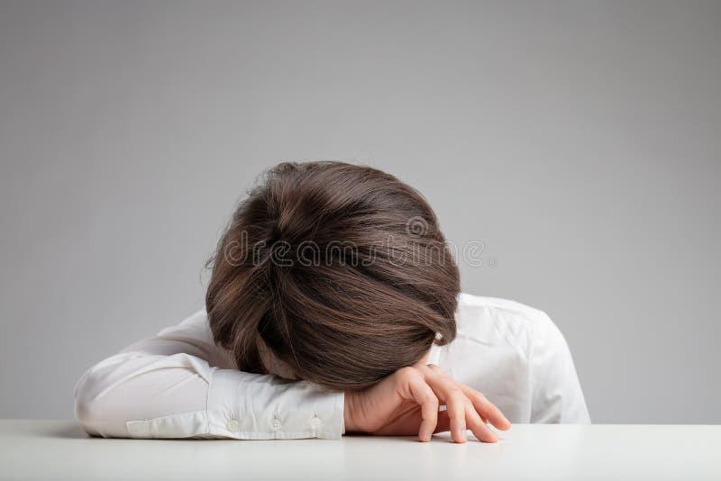 Trött, utmattad eller deprimerad kvinna royaltyfria foton