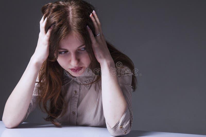 Trött, utmattad och frustrerad kvinnakroppsspråk, gester, royaltyfri bild